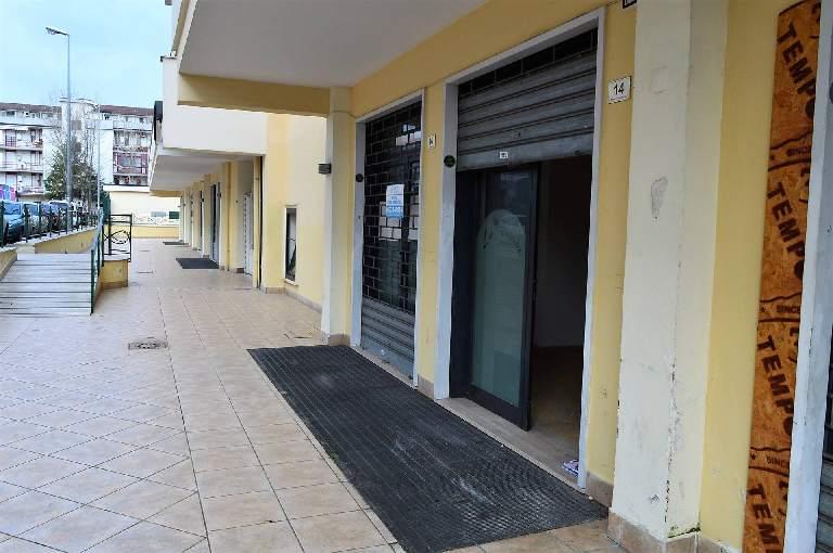 LV042D-Locale Commerciale-SANTA-MARIA-CAPUA-VETERE-Via-Gran-Bretagna